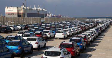 وزارة الصناعة تمنح رخص استيراد السيارات لأربعة وكلاء