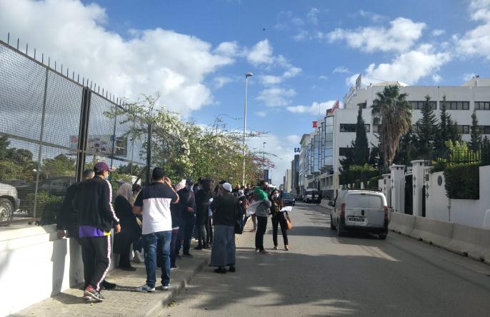 جزائريون عالقون في تونس يعتصمون أمام السفارة